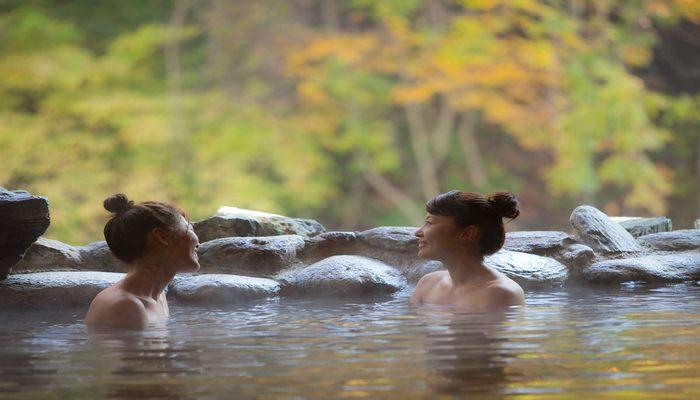 紅葉の混浴露天風呂が楽しめる秘湯の一軒宿|岩手 大沢温泉山水閣