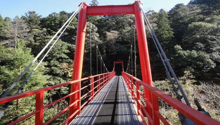 ホテル松葉川温泉はつづら橋のたもとにあります。